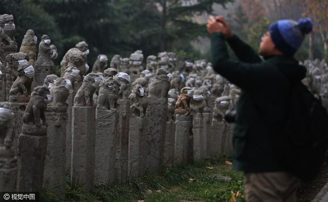 Không khí ô nhiễm, sư tử đá Trung Quốc được... đeo khẩu trang - ảnh 2