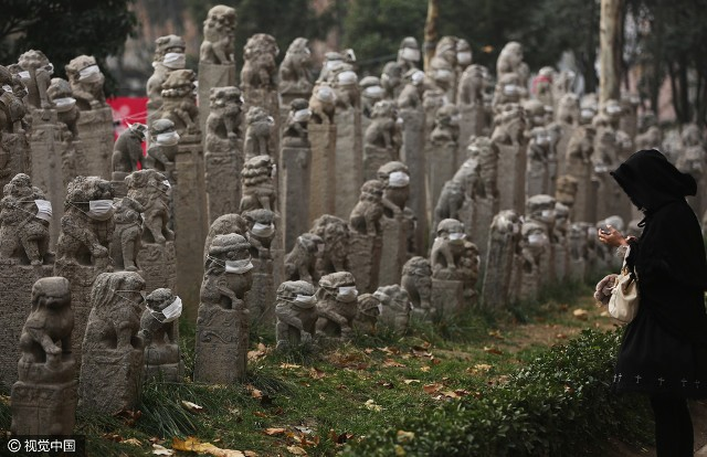Không khí ô nhiễm, sư tử đá Trung Quốc được... đeo khẩu trang - ảnh 1