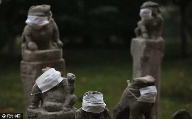 Không khí ô nhiễm, sư tử đá Trung Quốc được... đeo khẩu trang - ảnh 5