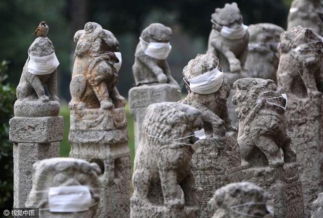 Không khí ô nhiễm, sư tử đá Trung Quốc được... đeo khẩu trang - ảnh 4