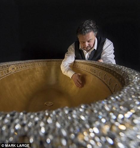 Loá mắt với bồn tắm dát vàng, đính pha lê giá gần 3 tỉ đồng - ảnh 4