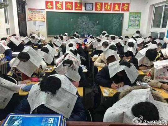 Giáo viên bắt học sinh đội báo khi thi để chống gian lận - ảnh 1