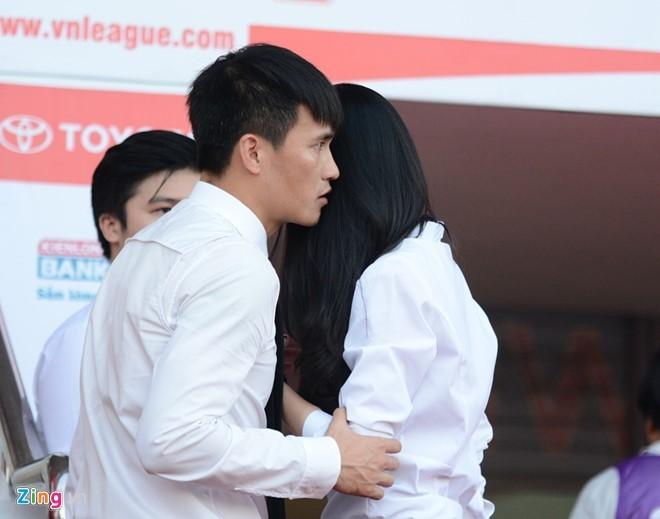 Thủy Tiên tới sân cổ vũ đội bóng của Công Vinh thi đấu - ảnh 5