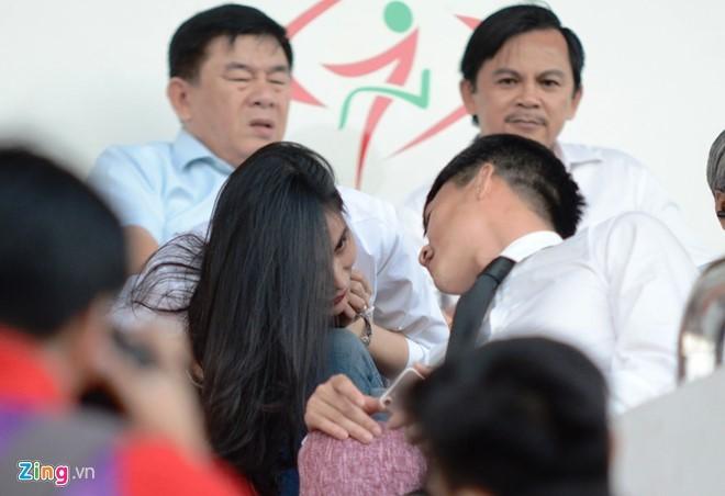 Thủy Tiên tới sân cổ vũ đội bóng của Công Vinh thi đấu - ảnh 7