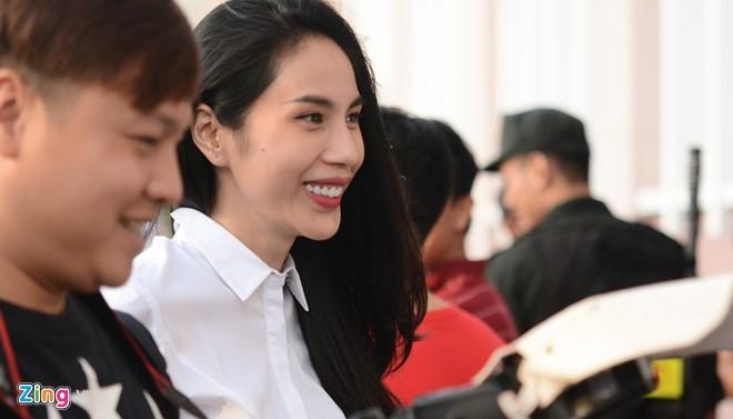 Thủy Tiên tới sân cổ vũ đội bóng của Công Vinh thi đấu - ảnh 2