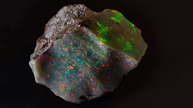 Nhìn gần khối đá opal siêu quý hiếm, giá hơn 20 tỉ đồng - ảnh 1