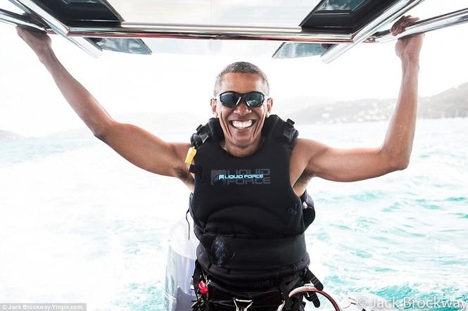 Ông Obama trổ tài lướt ván diều điêu luyện trên biển Caribbe - ảnh 1