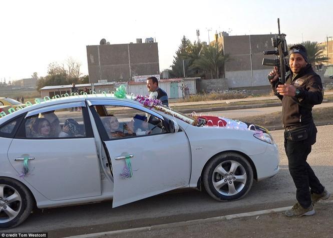 Nã súng AK 47 để ăn mừng đám cưới ở Mosul - ảnh 1