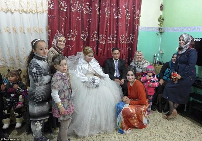 Nã súng AK 47 để ăn mừng đám cưới ở Mosul - ảnh 5