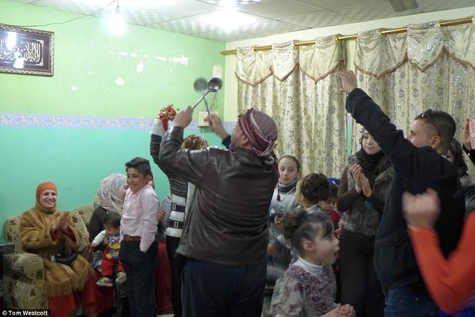 Nã súng AK 47 để ăn mừng đám cưới ở Mosul - ảnh 10