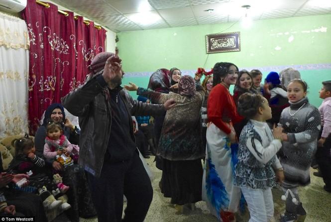 Nã súng AK 47 để ăn mừng đám cưới ở Mosul - ảnh 12