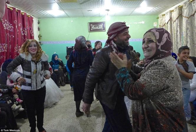 Nã súng AK 47 để ăn mừng đám cưới ở Mosul - ảnh 11