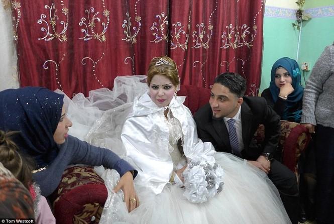 Nã súng AK 47 để ăn mừng đám cưới ở Mosul - ảnh 6