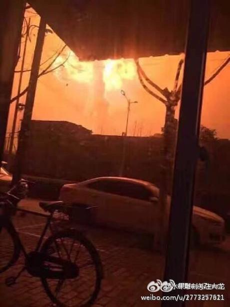 Nhà máy hóa chất nổ như bom, khói lửa bốc cao ngút trời - ảnh 2