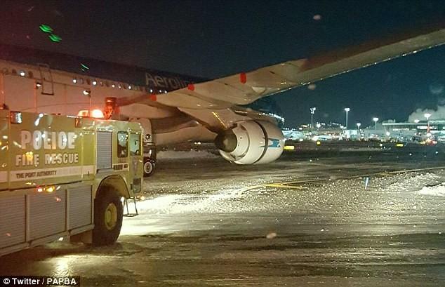 Máy bay bốc cháy như đuốc khi chuẩn bị cất cánh - ảnh 1