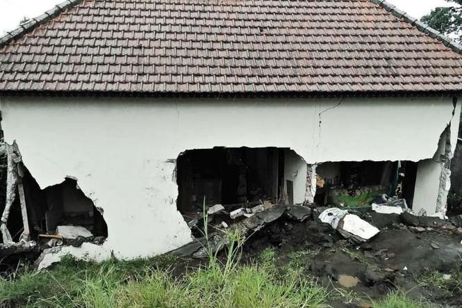 Lở đất vùi lấp nhiều ngôi làng, 12 người chết thảm - ảnh 3
