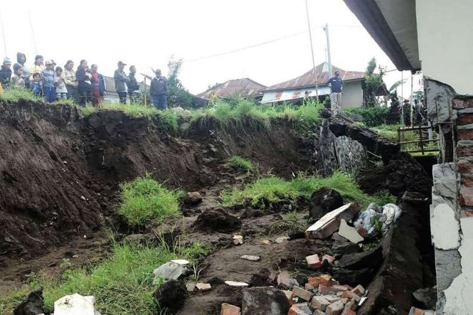 Lở đất vùi lấp nhiều ngôi làng, 12 người chết thảm - ảnh 1