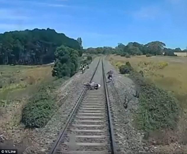 Tay đua thoát chết trong gang tấc ngay trước mũi tàu hỏa - ảnh 1