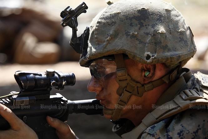 Lính Mỹ uống máu rắn, ăn bọ cạp sống ở Thái Lan - ảnh 5