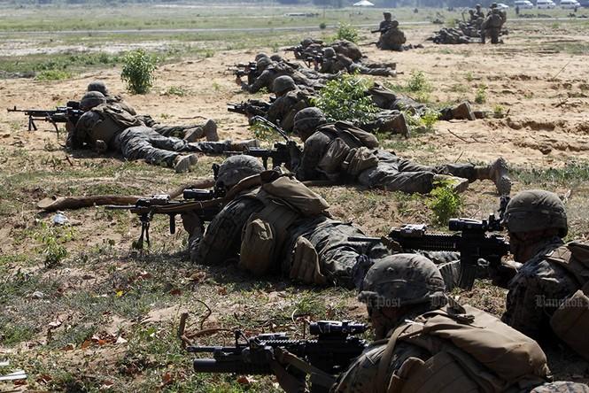 Lính Mỹ uống máu rắn, ăn bọ cạp sống ở Thái Lan - ảnh 4