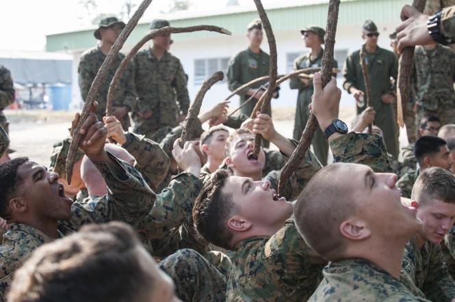 Lính Mỹ uống máu rắn, ăn bọ cạp sống ở Thái Lan - ảnh 11