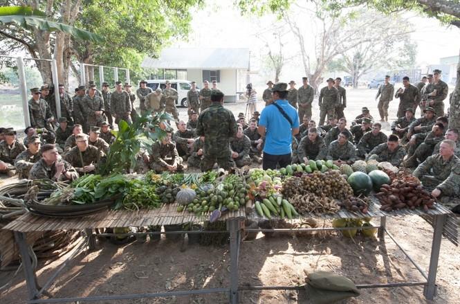 Lính Mỹ uống máu rắn, ăn bọ cạp sống ở Thái Lan - ảnh 6