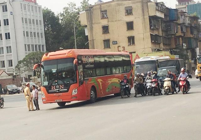 Thanh tra giao thông làm ngơ để xe trái tuyến lộng hành - ảnh 2