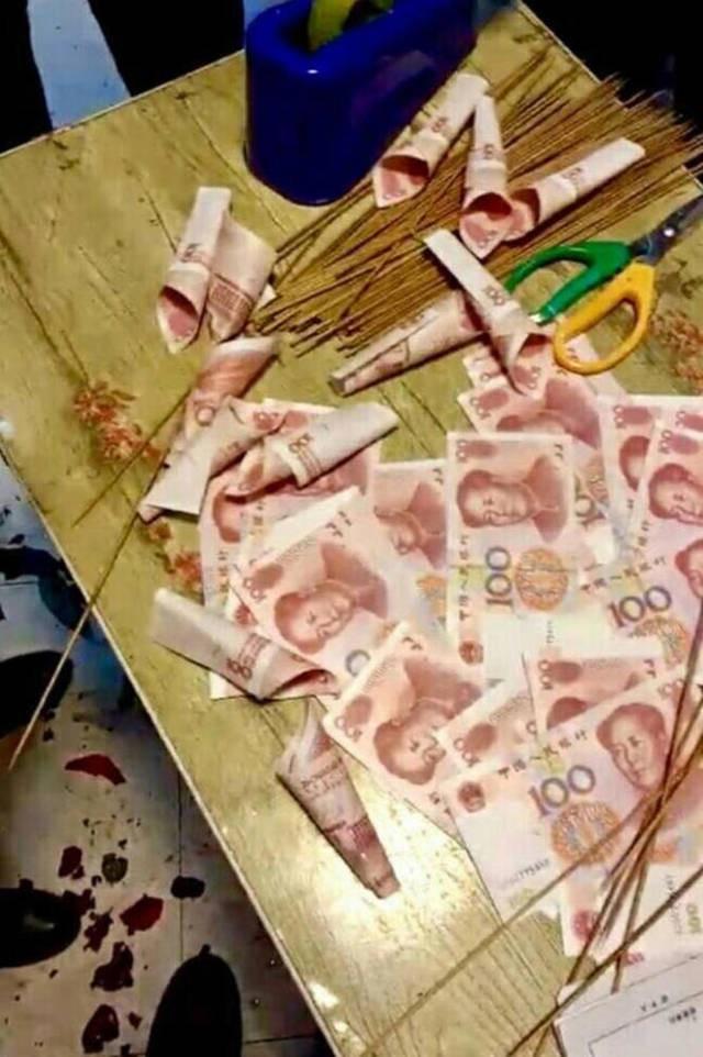 'Soái ca' tự gói bó hoa tiền mặt giá 33 triệu đồng tặng bạn gái - ảnh 1