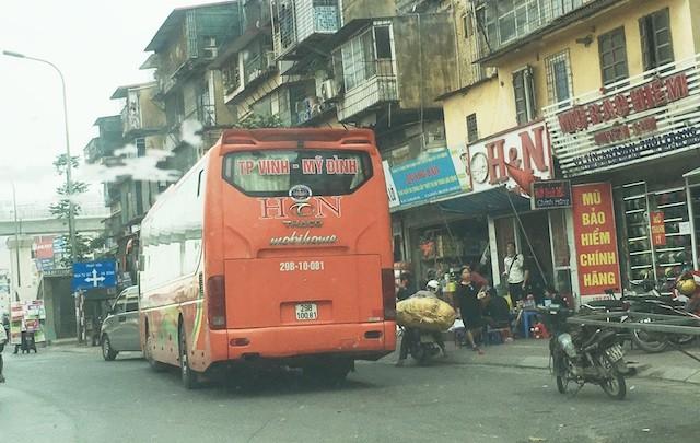 Thanh tra giao thông làm ngơ để xe trái tuyến lộng hành - ảnh 1