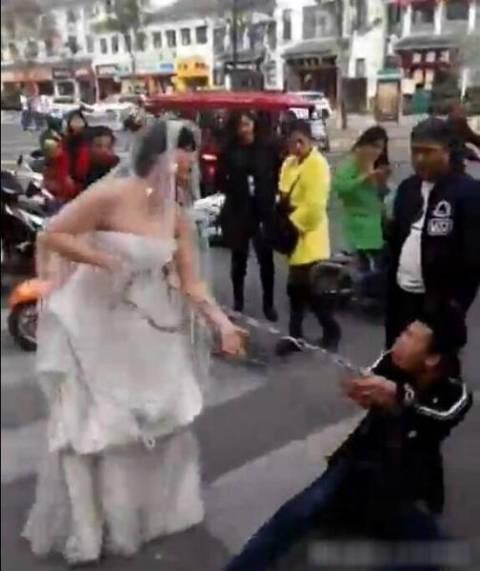 Trốn đám cưới, chú rể bị cô dâu buộc xích lôi xềnh xệch trên đường - ảnh 3
