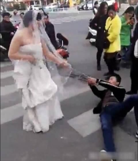 Trốn đám cưới, chú rể bị cô dâu buộc xích lôi xềnh xệch trên đường - ảnh 1