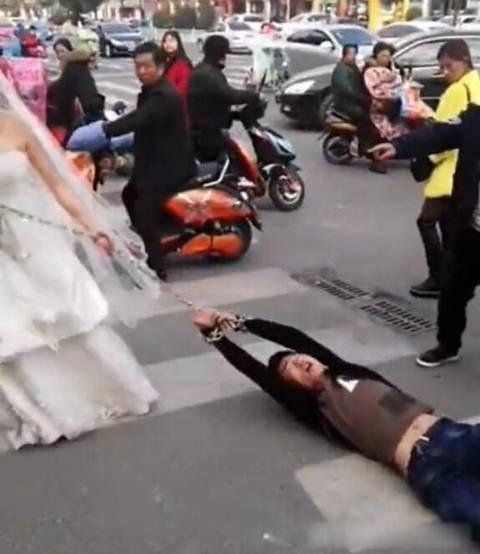 Trốn đám cưới, chú rể bị cô dâu buộc xích lôi xềnh xệch trên đường - ảnh 4