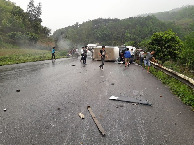 Hai xe khách đấu đầu kinh hoàng ở Lạng Sơn - ảnh 1