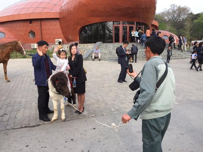 Nữ binh sĩ Triều Tiên gây chú ý với ảnh 'selfie' cùng phóng viên - ảnh 13