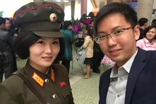 Nữ binh sĩ Triều Tiên gây chú ý với ảnh 'selfie' cùng phóng viên - ảnh 1
