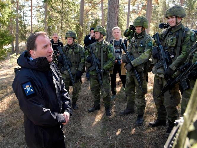 Thủ tướng Thụy Điển lái xe tăng để khẳng định chủ quyền - ảnh 3