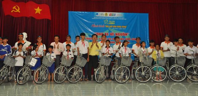 Tặng 115 xe đạp cho học sinh nghèo vùng sâu - ảnh 1