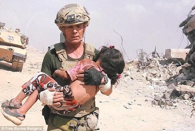 Cựu binh Mỹ liều mình hứng đạn của IS để cứu bé gái 5 tuổi - ảnh 3
