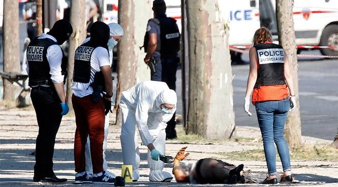 Pháp: Xe ô tô chở vũ khí đâm cảnh sát ở đại lộ Champs Elysees  - ảnh 1