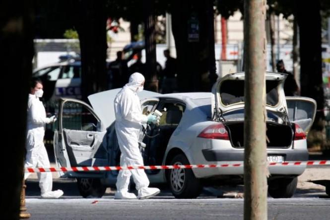 Pháp: Xe ô tô chở vũ khí đâm cảnh sát ở đại lộ Champs Elysees  - ảnh 3