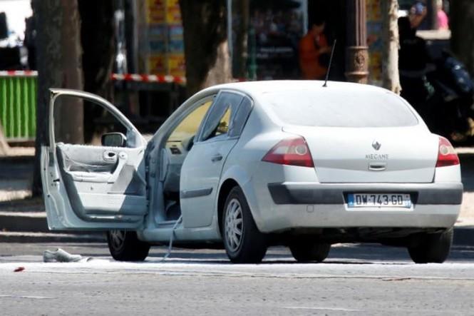 Pháp: Xe ô tô chở vũ khí đâm cảnh sát ở đại lộ Champs Elysees  - ảnh 2