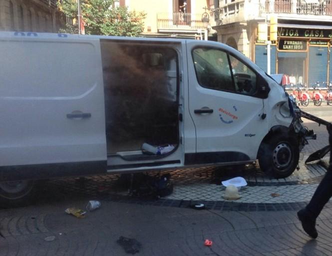 Tây Ban Nha: Xe tải đâm hàng chục người đi bộ, nghi khủng bố - ảnh 4