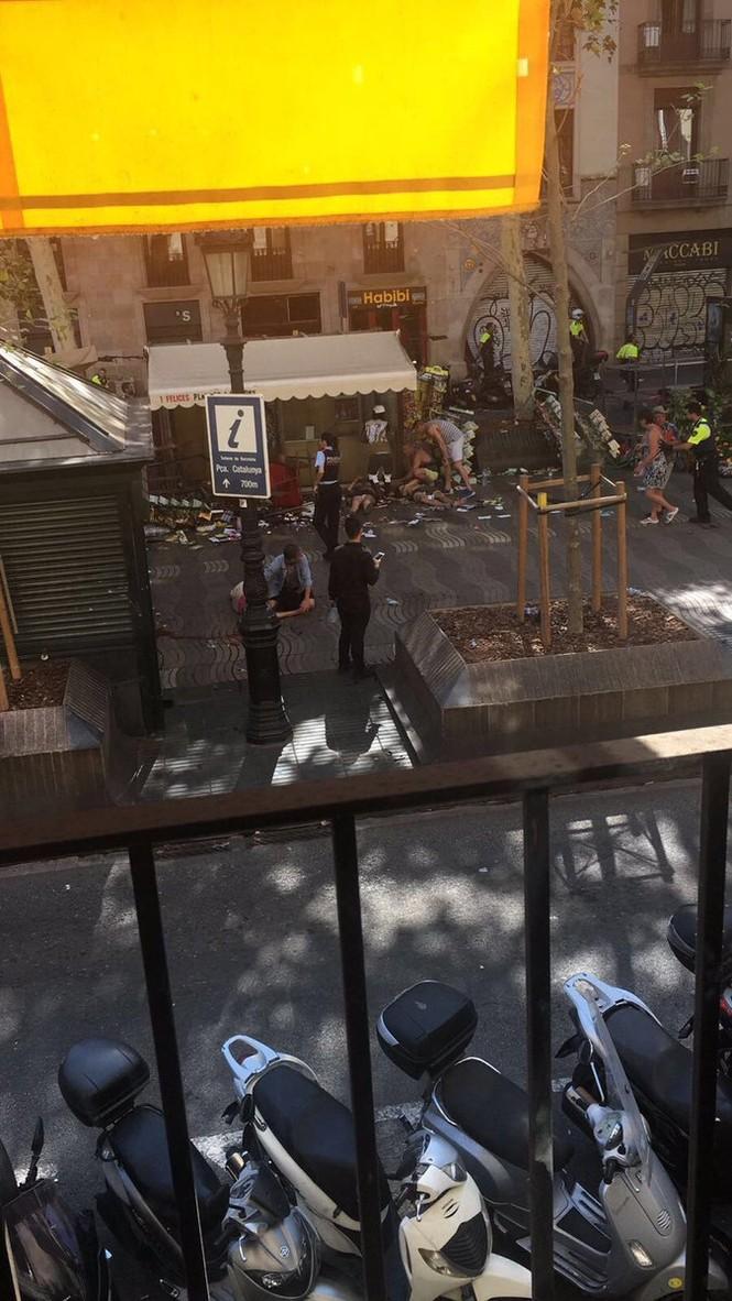 Tây Ban Nha: Xe tải đâm hàng chục người đi bộ, nghi khủng bố - ảnh 3