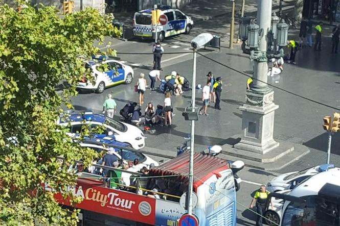 Tây Ban Nha: Xe tải đâm hàng chục người đi bộ, nghi khủng bố - ảnh 2