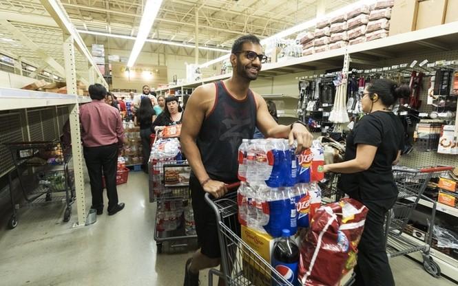 Người Mỹ vét sạch siêu thị vì siêu bão - ảnh 2