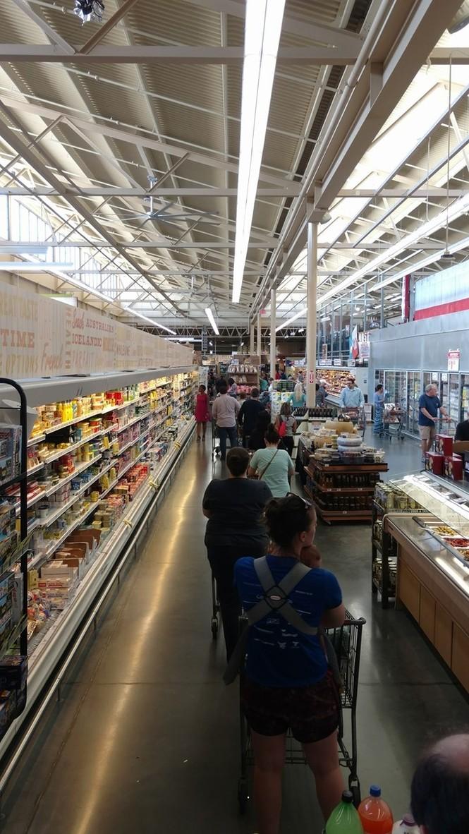 Người Mỹ vét sạch siêu thị vì siêu bão - ảnh 8