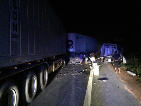 Tai nạn liên hoàn vào rạng sáng, quốc lộ 1A ùn tắc - ảnh 1