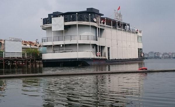 Du thuyền, nhà nổi Hồ Tây vẫn tấp nập trước 'lệnh cấm' - ảnh 1