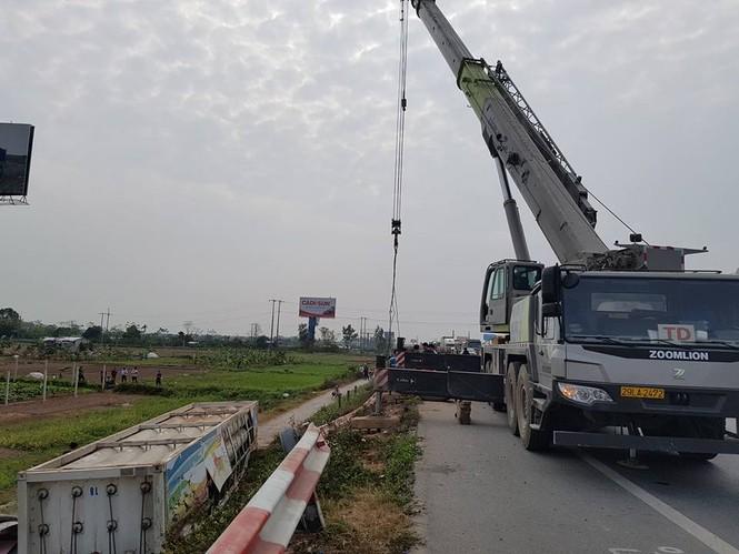 Giải cứu xe bồn chở gas lật nhào trên cao tốc Pháp Vân - ảnh 1