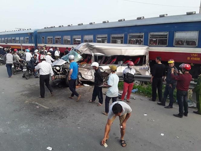 Tàu hỏa tông ô tô 16 chỗ, tài xế tử vong trong cabin - ảnh 2